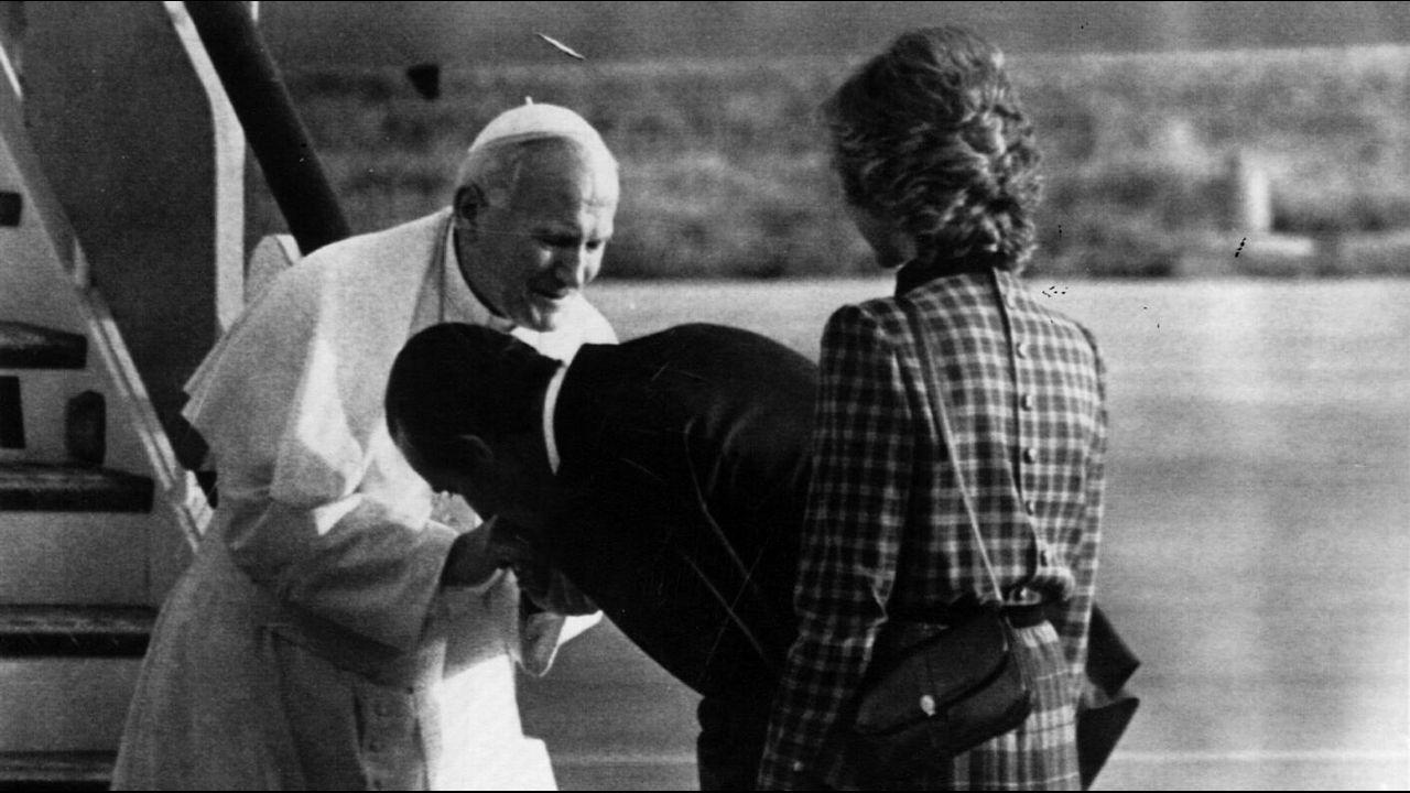 En 1982 saludando al Papa Juan Pablo II a su llegada a Madrid