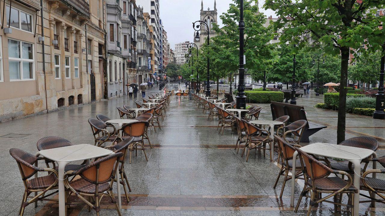 Vista de una terraza instalada del paseo Begoñal de Gijón