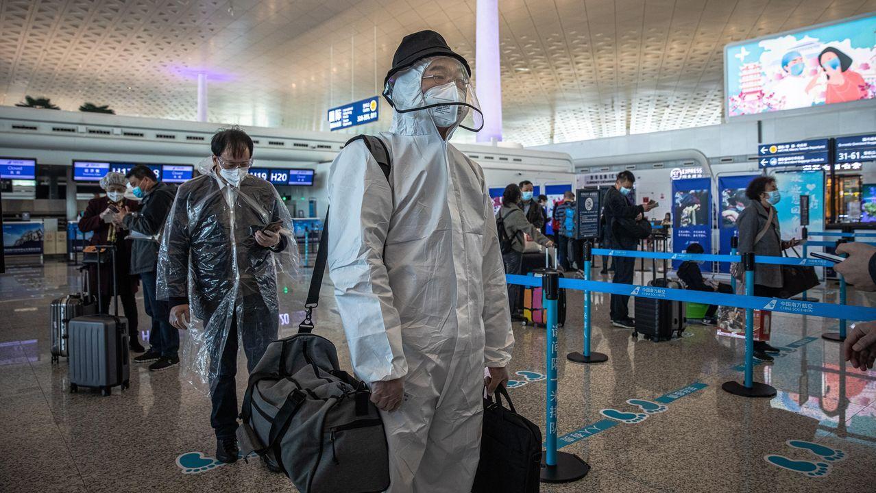 De la conmoción inicial a buscar cómo salir adelante: el año de pandemia que cambió nuestro mundo.Pasajeros protegidos con plásticos y mascarillas esperan su turno en el aeropuerto de Wuhan en el primer día que se ha levantado el confinamiento en la ciudad