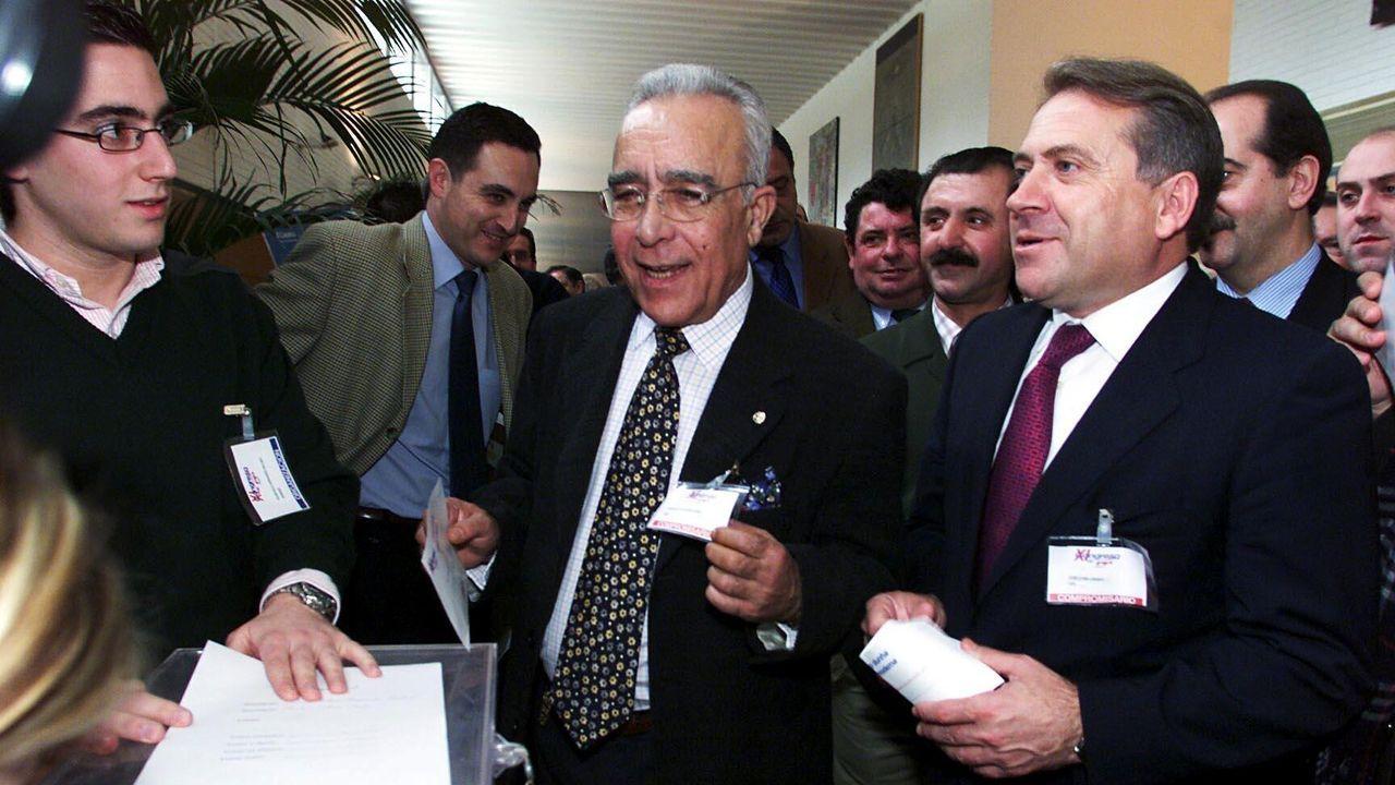 En primer término, Santiago Abascal (Vox) y, a su izquierda, Aitor Esteban (PNV)