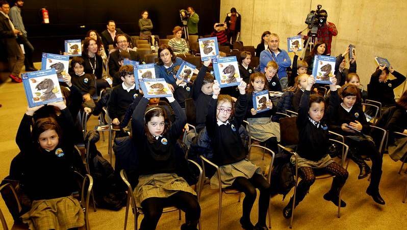 Los niños leen fragmentos de la última obra de Fina Casalderrey.Marc Anthony en los premios Billboard