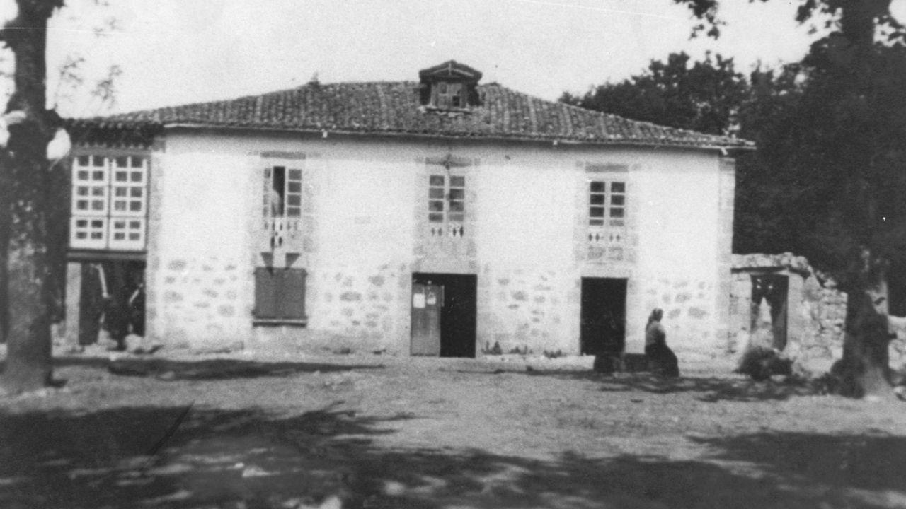Imágenes que dejó el Xoves de Compadres en la comarca de Lemos.El antiguo edificio del Ayuntamiento de Escairón (demolido en 1980) en una fotografía sin fecha de entre las décadas de 1930 y 1940