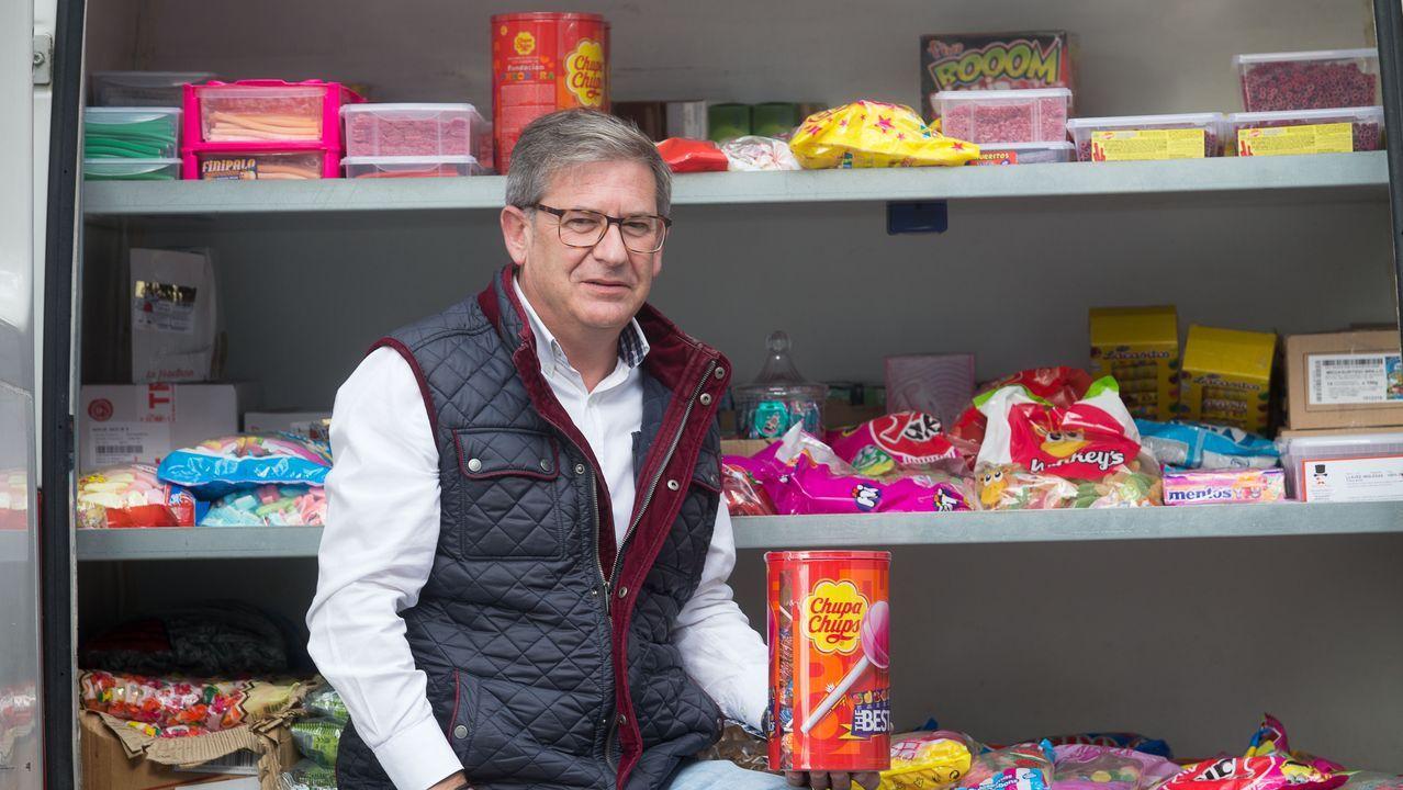 Manolito recuerda de memoria todos los productos que tiene, que distribuye por todo Lugo