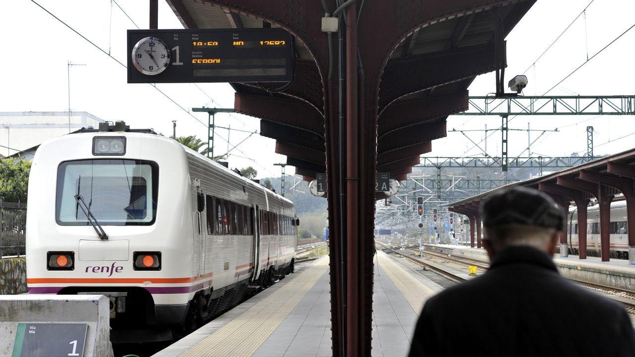 La AC-12 comienza a perder carriles por las obras en el cruce del Sol y Mar.Entrada del tren de Ferrol en la estación de San Cristóbal.