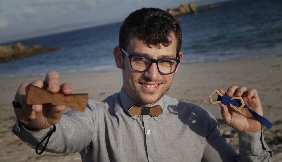 Javier Fontaíña muestra sus pajaritas en la playa de O Castro, cerca de su hogar en Castiñeiras.