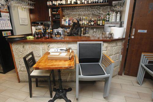 El bar Pe de Cuba de Vilanova reabrió sin montar la terraza debido al mal tiempo
