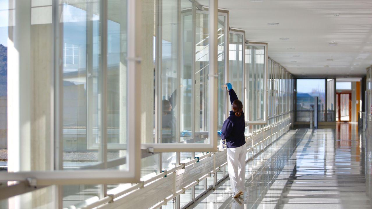 En los pasillos de las facultades, solo el personal de limpieza
