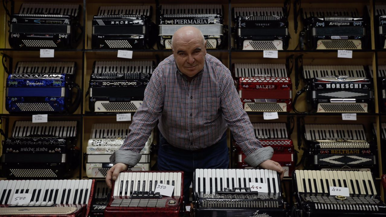 La calle San Andrés, sin coches.Antonio Fachado muestra algunos de los acordeones que tiene a la venta en su tienda