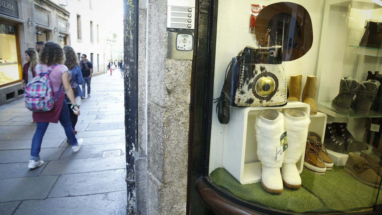 Dos tiendas en la calle de La Merced