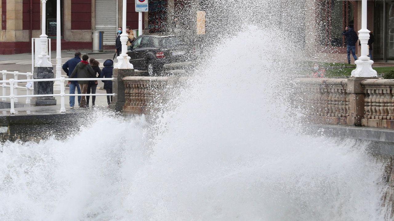 Los ríos de Barbanza se desbordan.Fuerte oleaje en Gijón