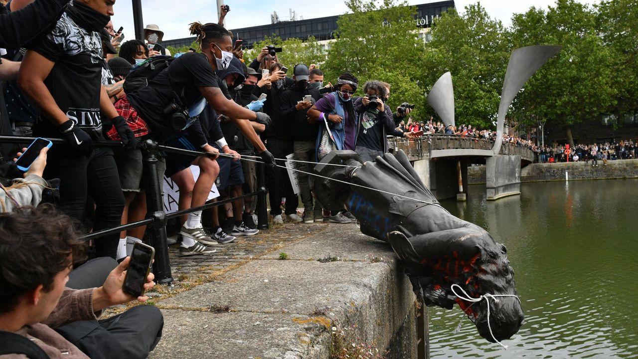 Manifestantes tiran la estatua del esclavista Edward Colston en Bristol, durante las protestas del movimiento Black Lives Matter en junio