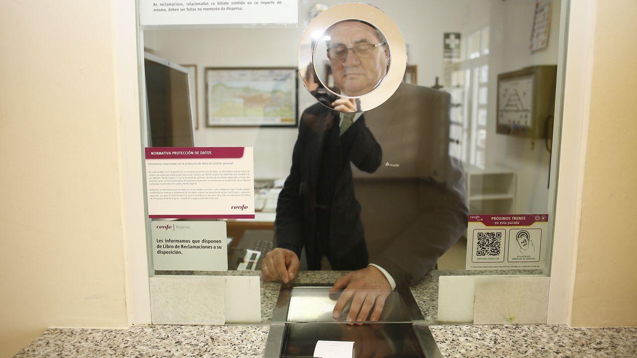 Un empleado despachando un billete en la estacion de Viveiro, un gesto que no se repetirá después del 31 de diciembre