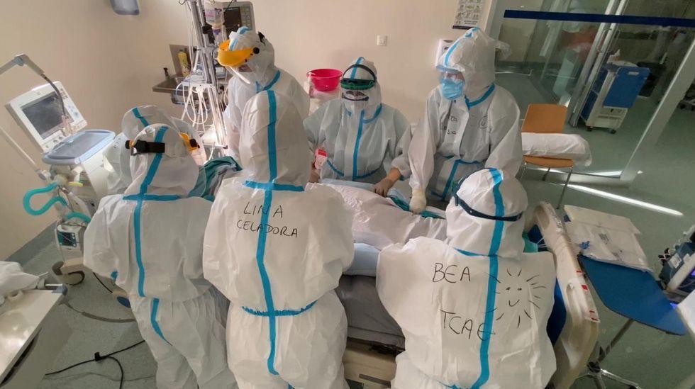 Un paciente, atendido en la uci-covid del CHUO