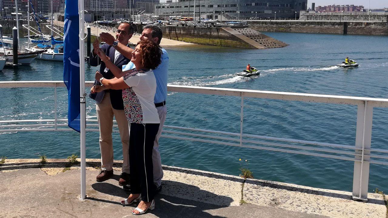 Asturias, de cascada en cascada.Flor Guardado, Esteban Aparicio y Alberto Vizcaíno izan la Bandera Azul en el Puerto Deportivo de Gijón