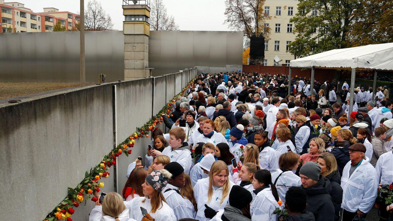 ELVIRA TEJADA DE LA FUENTE, FISCALA DE CRIMINALIDAD INFORMATICA.Ciudadanos alemanes depositaron rosas en el Memorial al Muro
