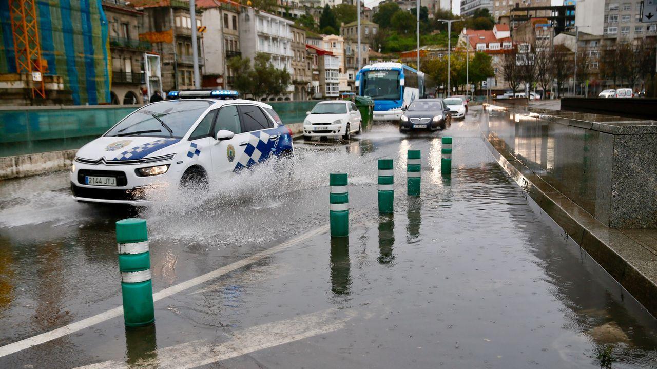 Río desbordado a su paso por Torelo, en Vimianzo.Inundaciones en el Berbés, en Vigo