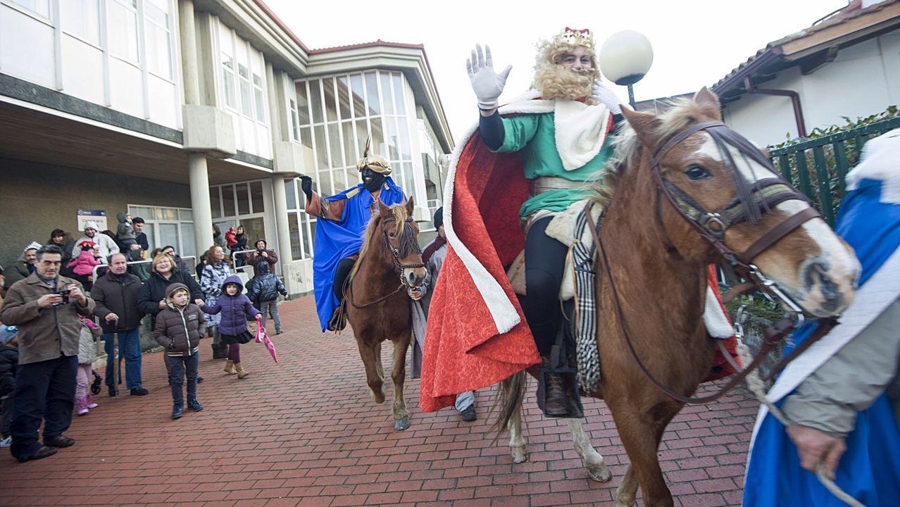 Investigan la aparición de galletas de hidrocarburo en Bastiagueiro.Imagen de los Reyes Magos en Mera, en una cabalgata anterior