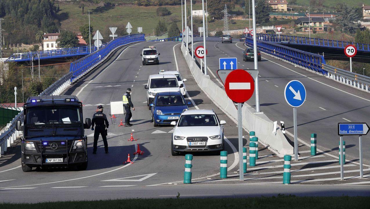 Vista de un control de la Policía Nacional a la entrada de Oviedo en una imagen de archivo