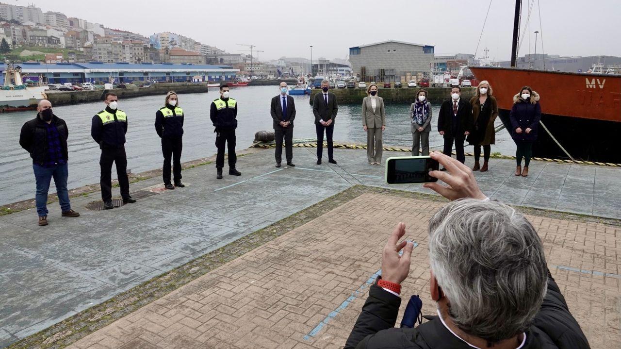 Almuiña y Rueda firman un acuerdo para formar a la policía portuaria de Vigo.Vacunación contra la covid en el Palacio de Deportes de La Guía, de Gijón