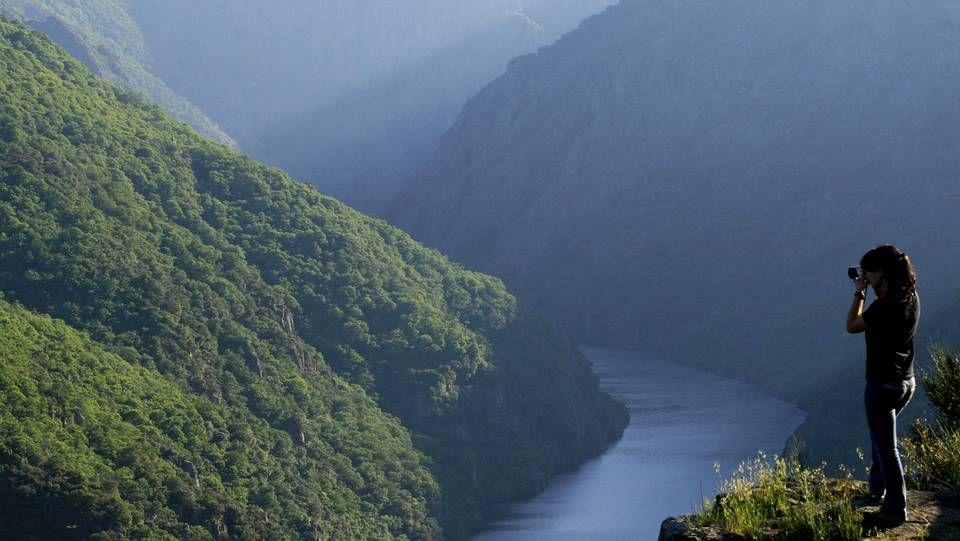 Camino de Invierno / Ribeira Sacra | A Ribeira Sacra es uno de los mejores embajadores de este trazado. El caminante se acerca a los Cañones del Sil, un conjunto de gargantas confirmadas como una de las maravillas de la Galicia interior. Desde sus miradores, auténticas atalayas, se observan las terrazas de viñedos que cuelgan sobre las laderas del río y que brindan un paisaje de espectacular belleza.
