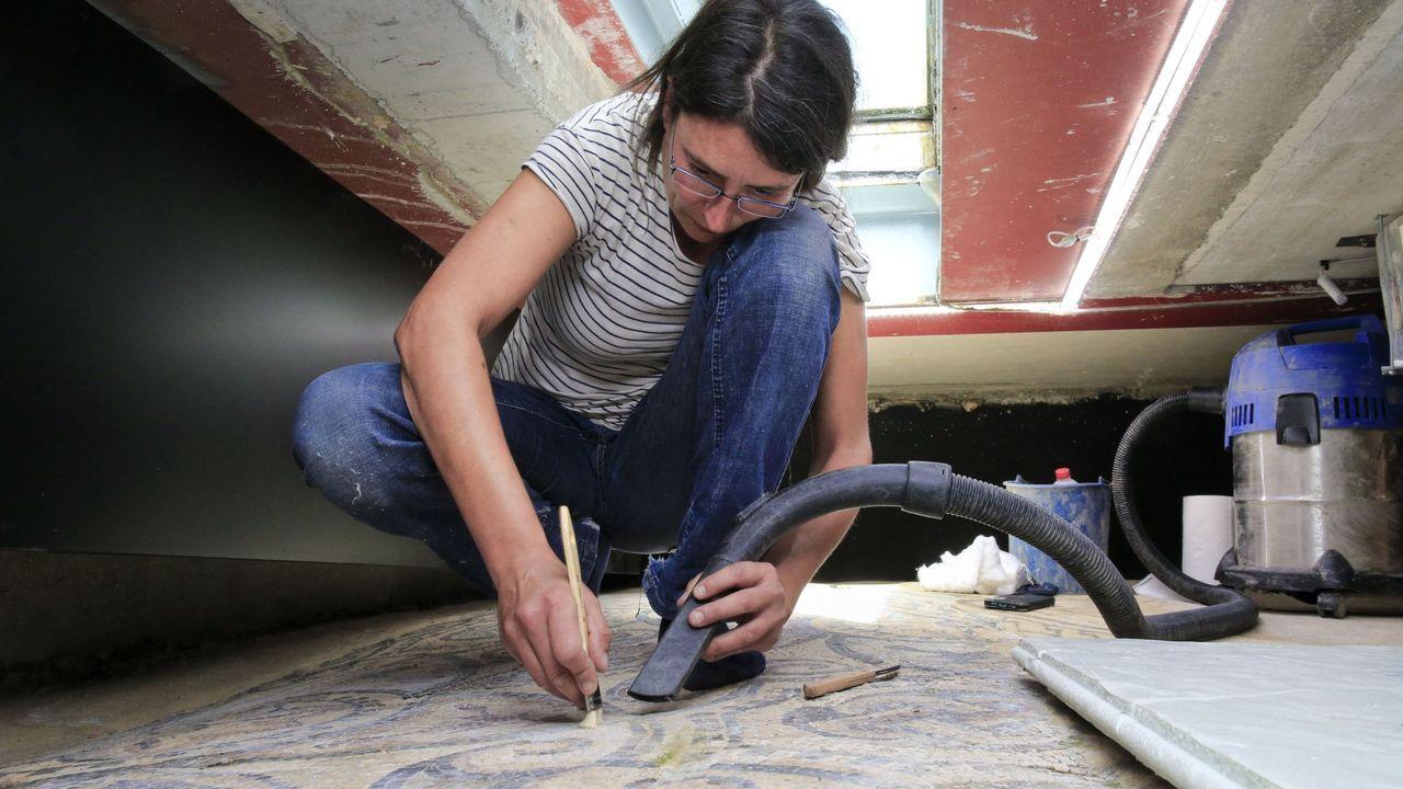 A Ofrenda do Antigo Reino de Galicia en imaxes.La restauradora Iria López limpia los restos de materiales que se sedimentan en los mosaicos romanos de Lugo