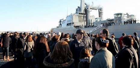 El «Cantabria» zarpó el pasado día 3 de enero de la base de A Graña entre emotivas escenas de marinos y familiares.