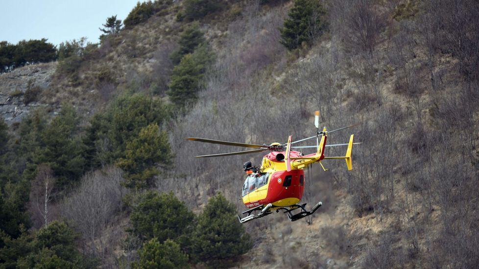 Un helicóptero de la seguridad civil francesa toma vuelo cerca de Seyne, al sureste de Francia, cerca del lugar donde el Germanwings Airbus A320 se estrelló