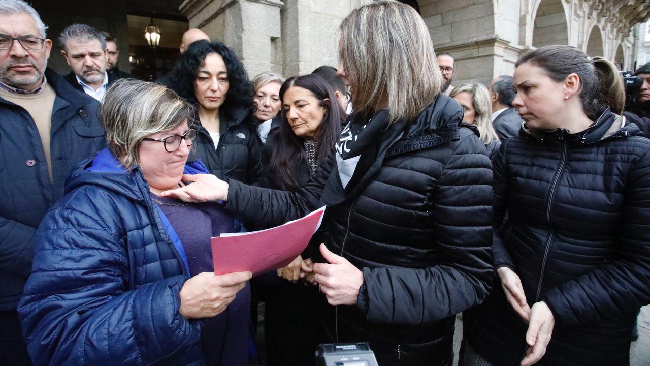 Una amiga de la víctima junto a la alcaldesa de Lugo, Lara Méndez