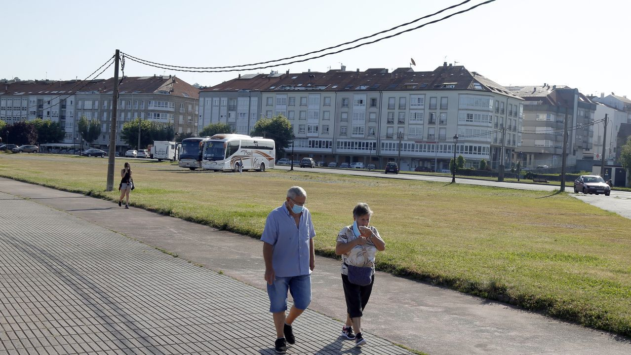 Gente paseando por Noia, concello que ha vuelto a experimentar una ligera subida de casos
