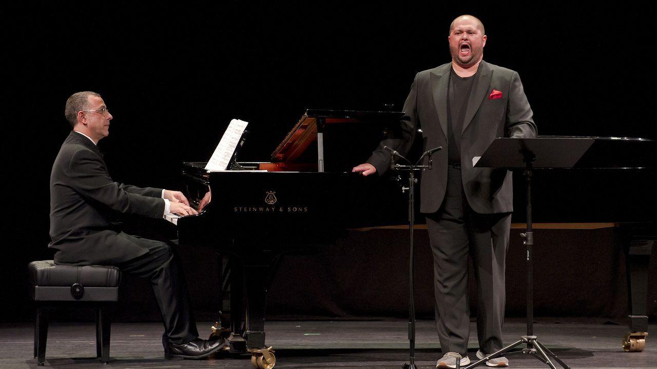 Celso Albelo, acompañado al piano de Parra, el domingo en el Colón