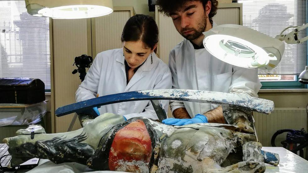 Alumnos de la Escola Superior de Conservación e Restauración de Bens Culturais trabajan en una pieza cedida por el Museo de Lugo