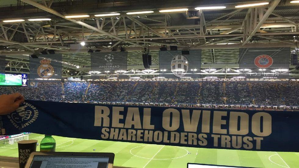 Bufanda de Real Oviedo WFC en el Millennium Stadium de Cardiff