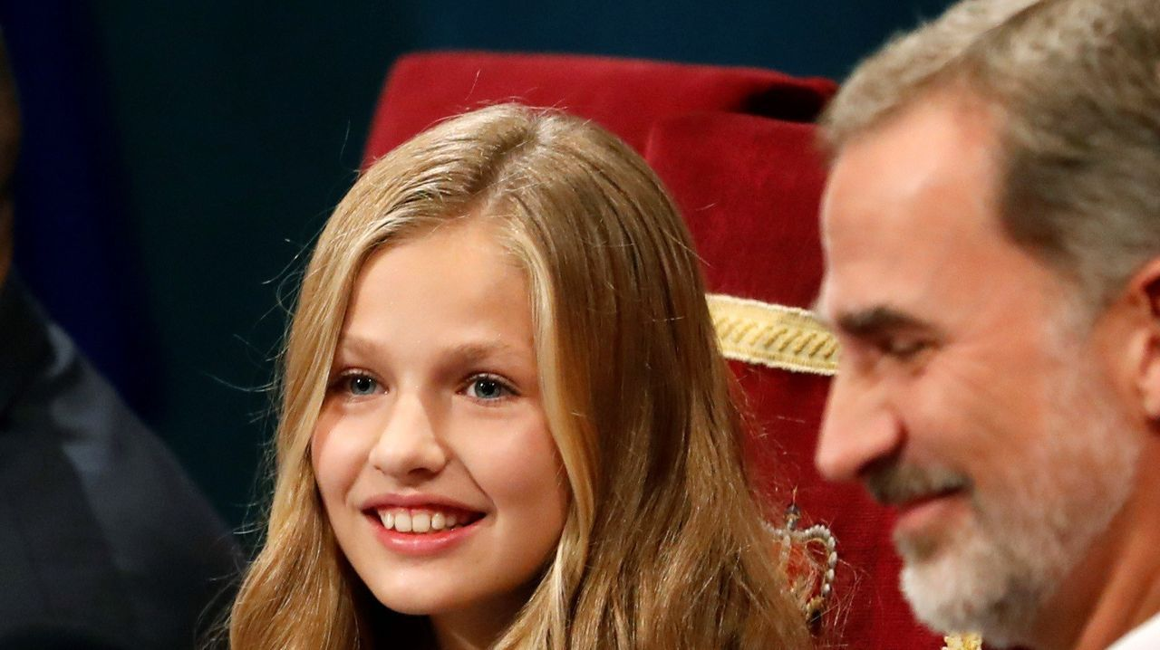 El rey Felipe aplaude junto a la princesa Leonor durante la ceremonia de entrega de los Premios Princesa de Asturias 2019 que se celebra este viernes en el Teatro Campoamor de Oviedo