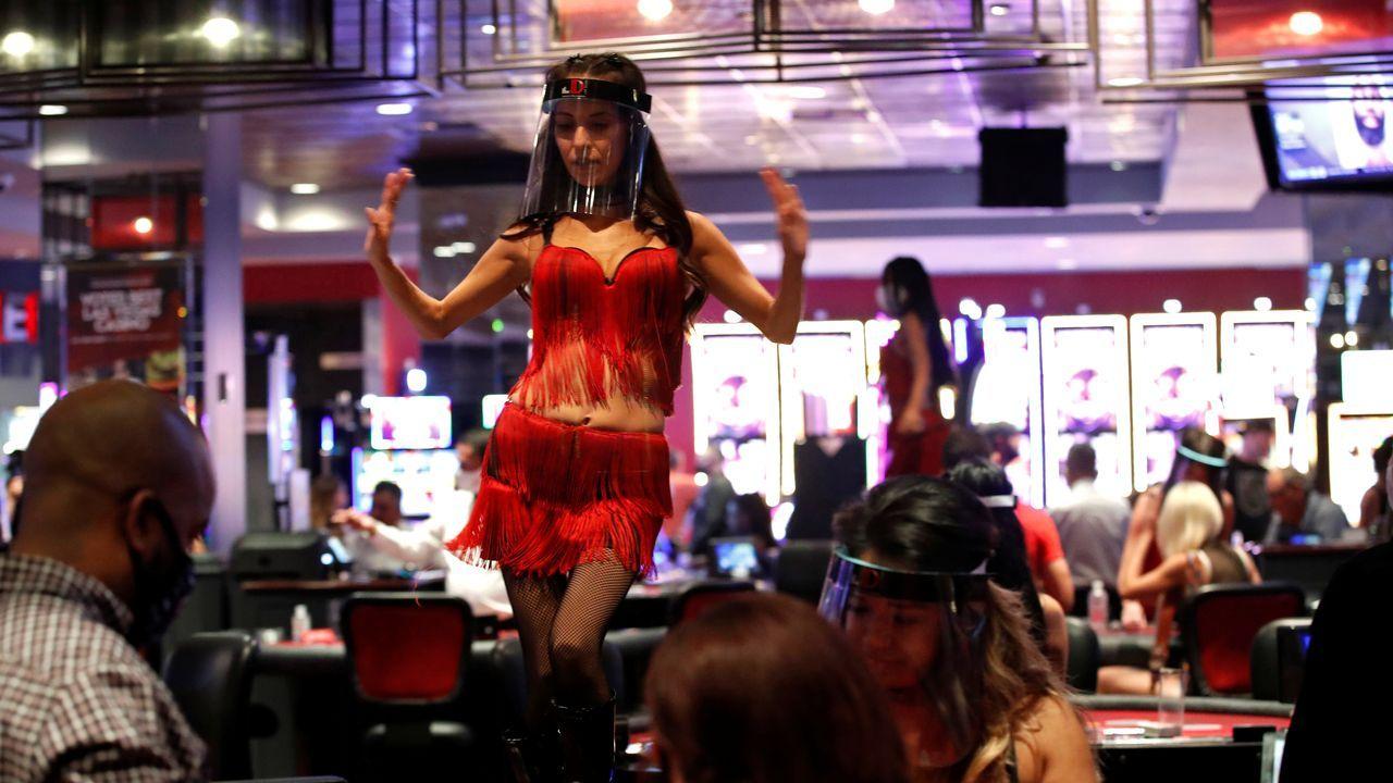 Las bailarinas del casino The D, en Las Vegas, llevan ahora pantallas protectoras