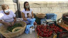 Teresa y Cristina, paisanas de Herbón que venden sus pimientos y otras verduras en la Praza de Abastos compostelana