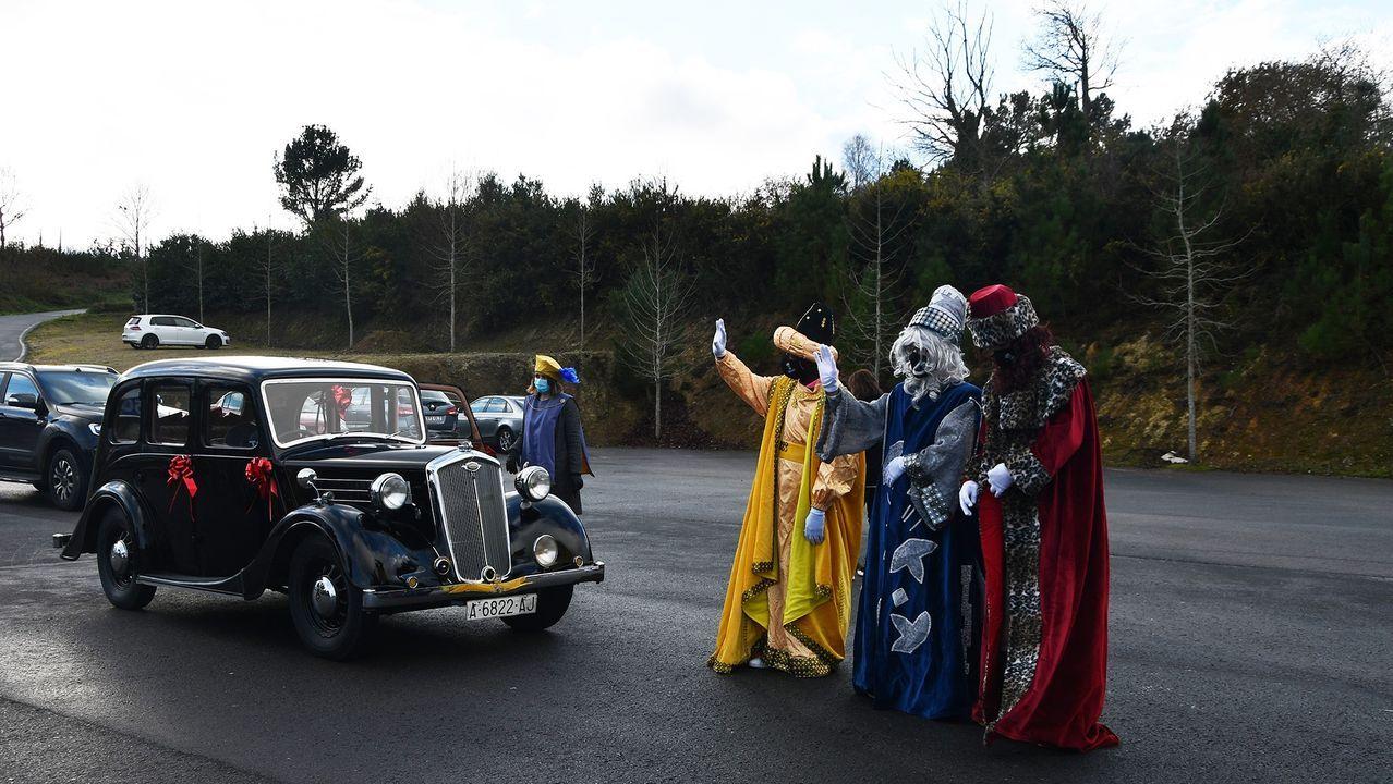 Los Reyes Magos visitaron Abegondo en un coche de época