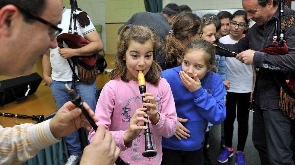 Los alumnos disfrutan probando los instrumentos, y algunos generan bastantes sorpresas