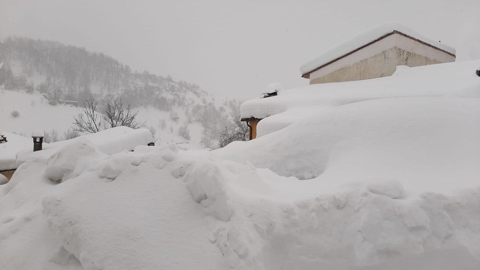 Sotres permanece cubierto de nieve