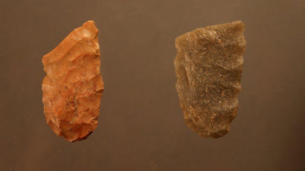 Tecnología importada. Estas dos puntas líticas fueron halladas en el yacimiento monfortino de Valverde. Los análisis han demostrado que la pieza de la izquierda está hecha con sílex procedente del territorio del  municipio asturiano de Piloña. La otra fue fabricada con cuarcita de origen local.