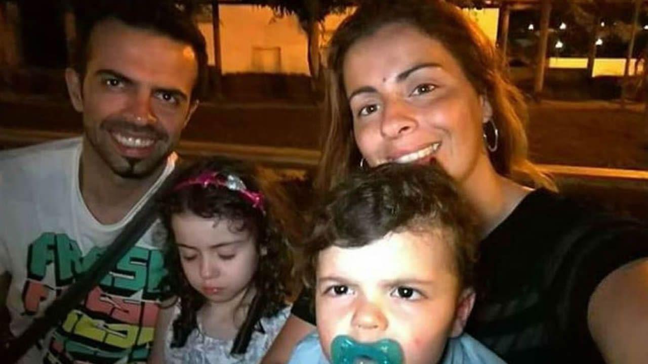 «Nadie me regala nada en <span lang= gl >Bioloxía</span>».Sergio Machado y Lígia Sousa, con sus dos hijos