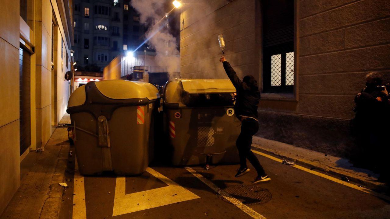 Un manifestante lanza una botella durante la concentración de apoyo a Hasel en Barcelona