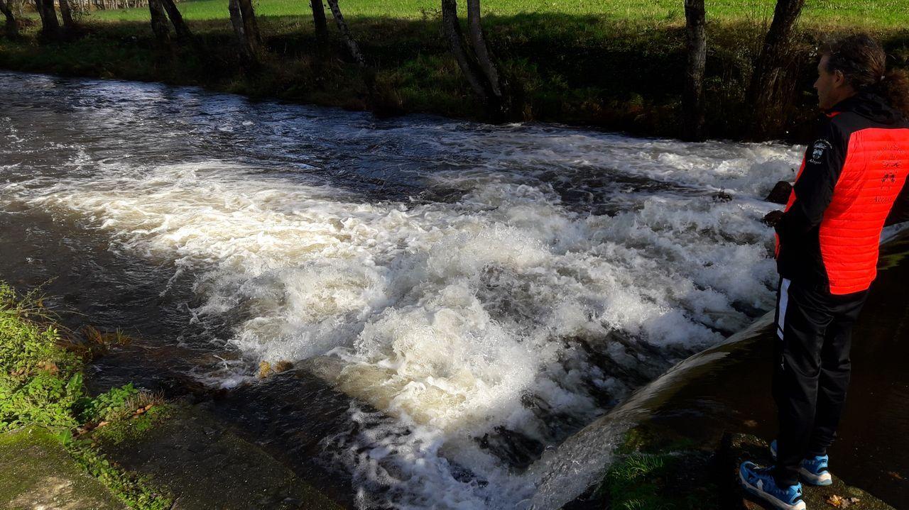 El caudal del río Asma se muestra notablemente crecido a su paso por Chantada, en una imagen tomada el sábado