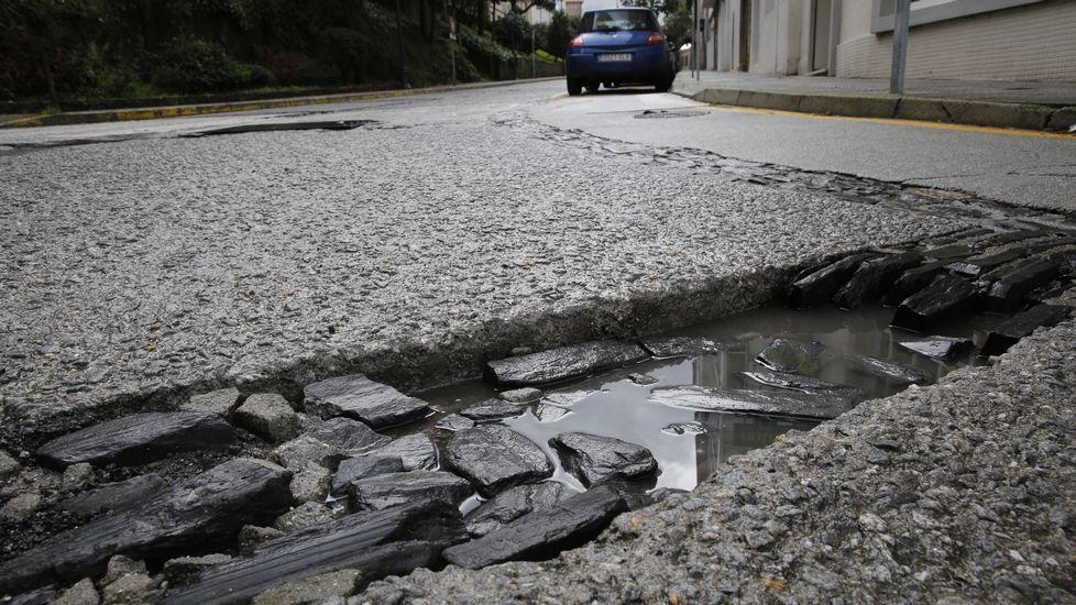 Rúa da Estila. El desvío de los autobuses durante la construcción de Basquiños dejó el pavimento, ya algo deteriorado, totalmente destrozado.