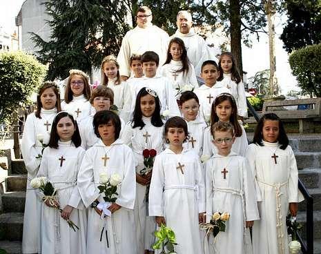 Los niños posaron con el párroco, José García Gondar, y con el diácono, Andros Iglesias.