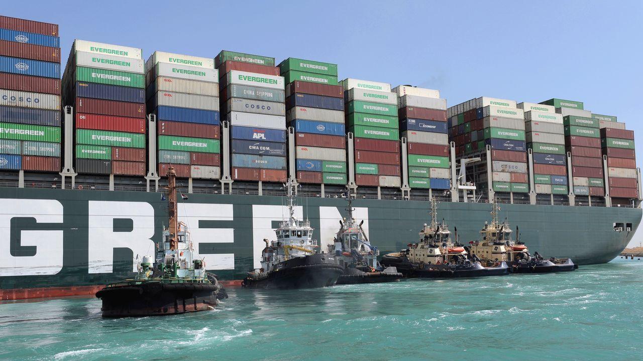 Cruz do Outeiro da Obra de Celanova.Trabajos de reflote del Ever Given en el Canal de Suez
