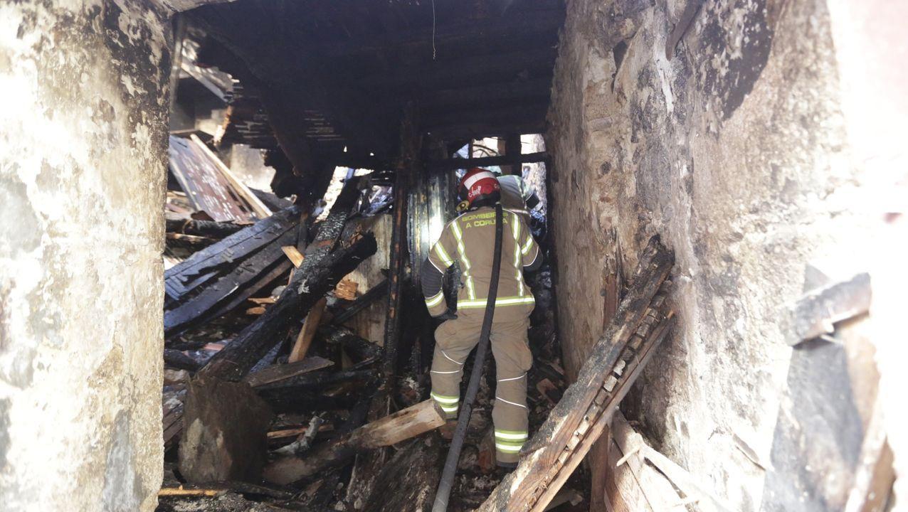 Los bomberos intervienen en el incendio de un edificio en la travesía de San Andrés.Médicos y personal del Hotel Finisterre, en A Coruña. Imagen de la noche de este lunes