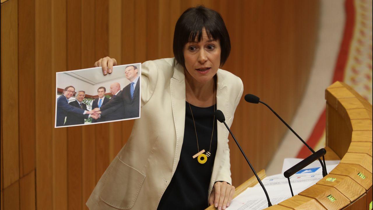 La portavoz nacional del BNG mostró esta tarde una fotografía a Núñez Feijoo sobre la fallida fusión de las cajas gallegas