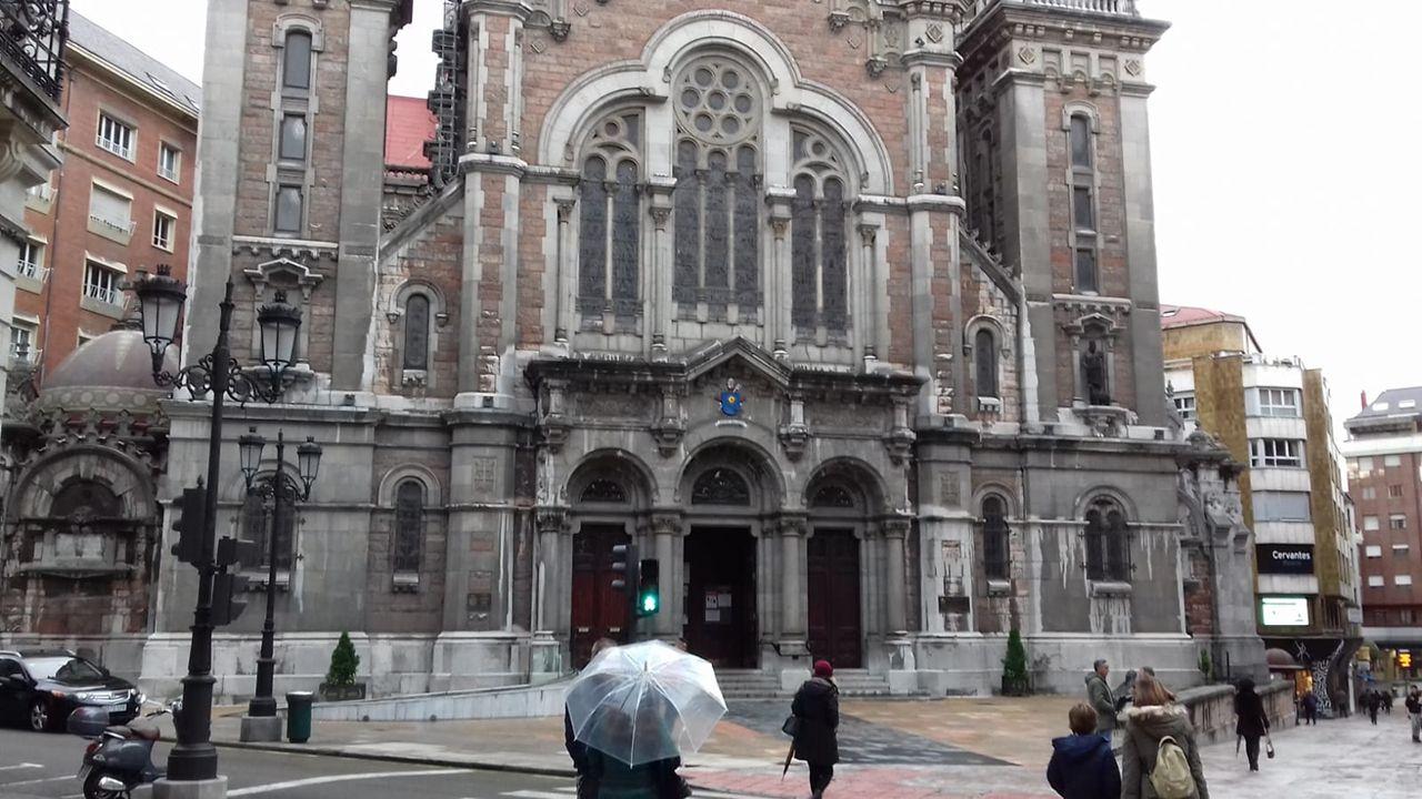 El mundo, entre la reapertura, las protestas y el desinfectante.Iglesia de San Juan el Real de Oviedo