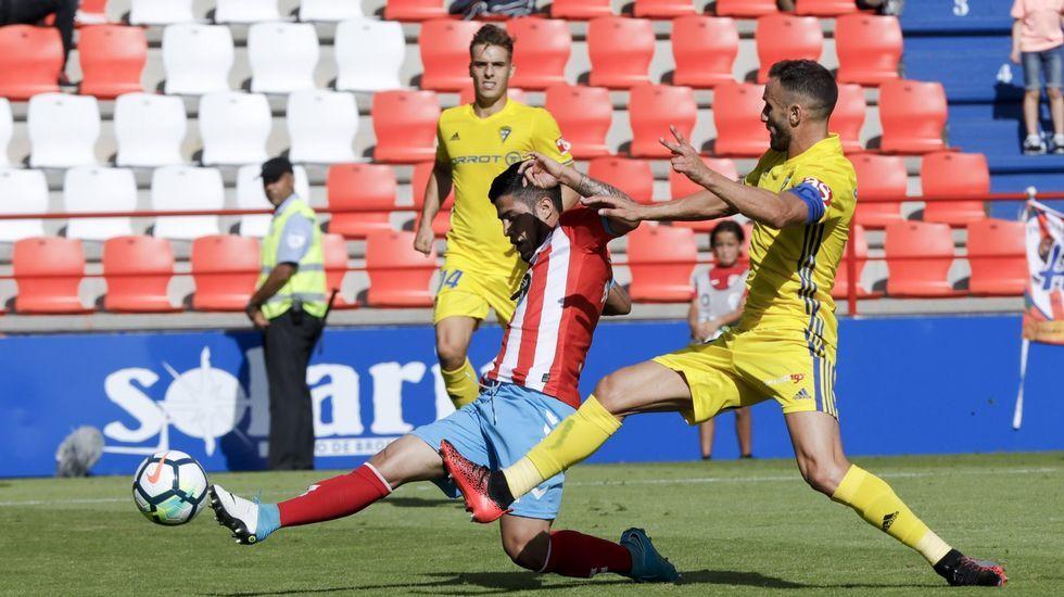 Matos y Berjón pugnan por un balón en un Sevilla Atlético-Oviedo