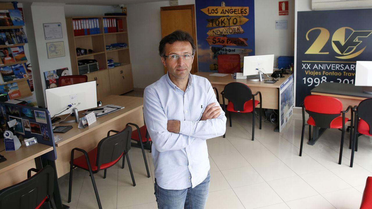 Primer día de uso obligatorio de mascarillas en Barbanza.Javier Fontao confía en poder reabrir sus oficinas de Boiro y Ribeira en el mes julio, cuando comience a reactivarse el sector
